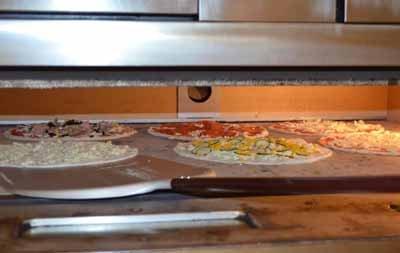 Dettaglio di pizze prima della cottura