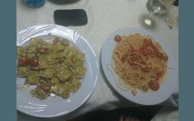 un piatto di ravioli e un piatto di spaghetti