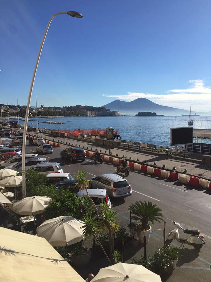 Vista del porto e il vulcano