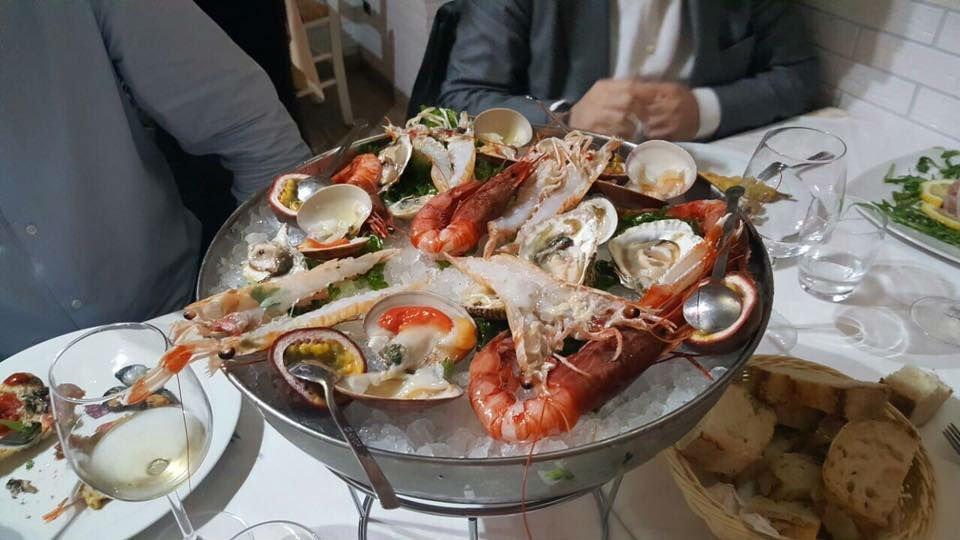 Piatto di vongole, gambero ,riccio di mare e scampi