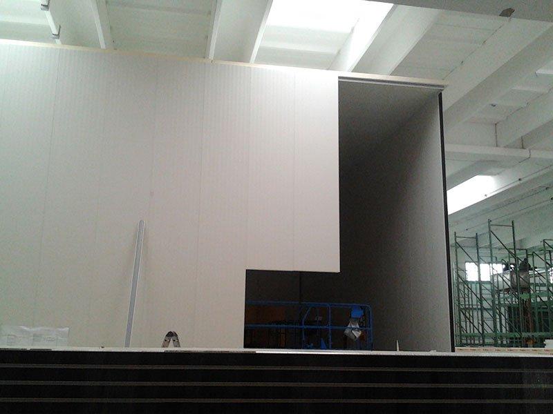 vista di un  grande container semiaperto all'interno di un  magazzino