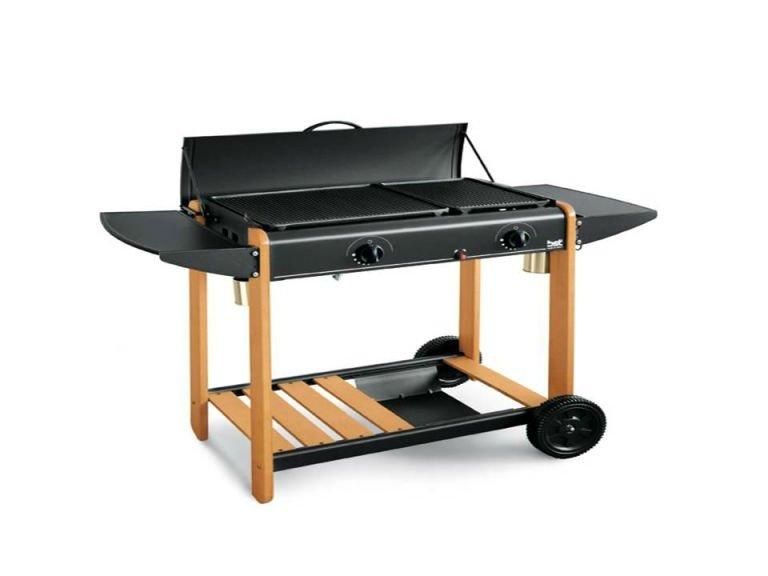 un barbecue con un carrello