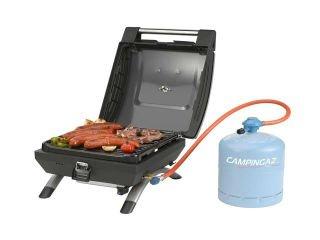 una bombola attaccata a un barbecue con della carne