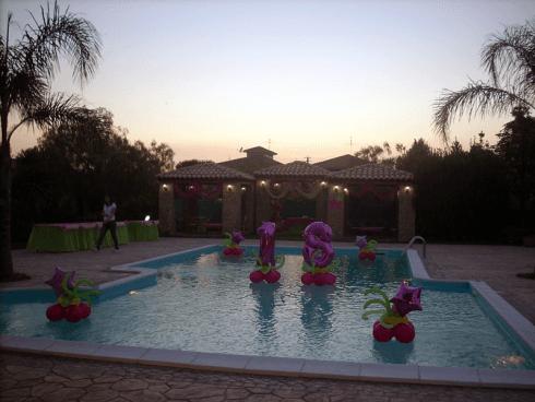 Si vendono palloncini per feste a bordo piscina.