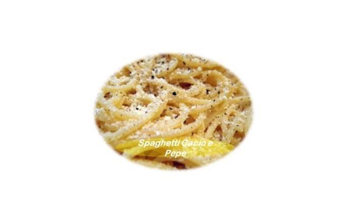 """Spaghetti cacio e pepe: Spaghetti al dente nei quali viene """"fatto sciogliere"""" il pecorino romano e il pepe nero."""