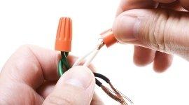 mani con cavi elettrici