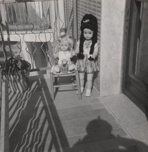 foto in bianco e nero con due bambole nell`angolo di una terrazza
