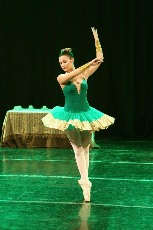 ballerina con tutu durante una esibizione di danza classica