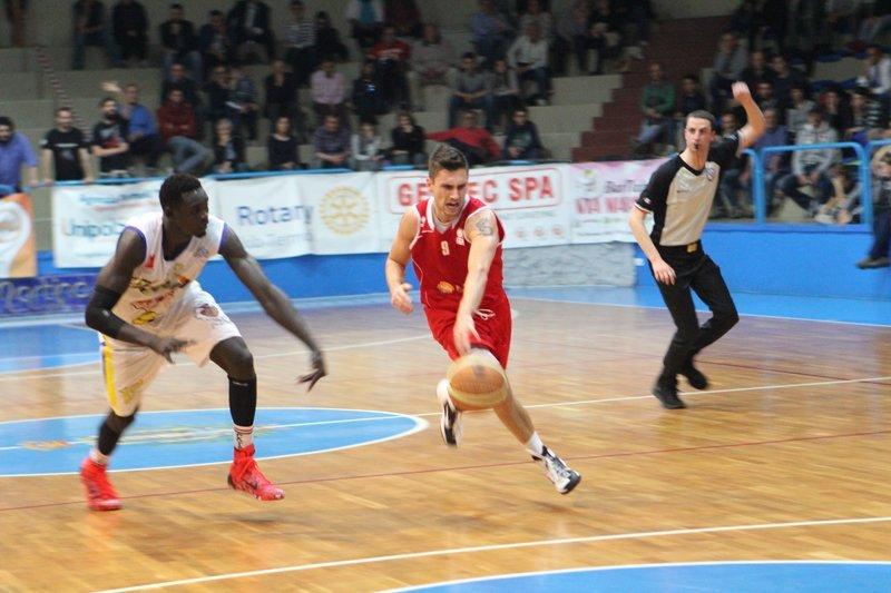 giocatore di pallacanestro durante un`azione