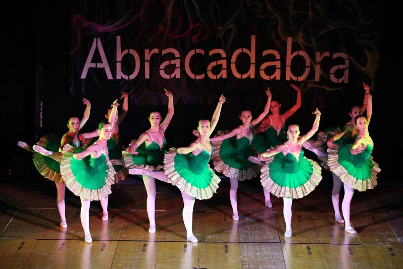 balletto con scritta Abracadabra