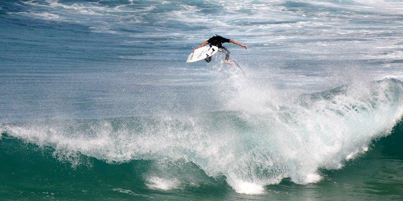 surfista su un onda lunga