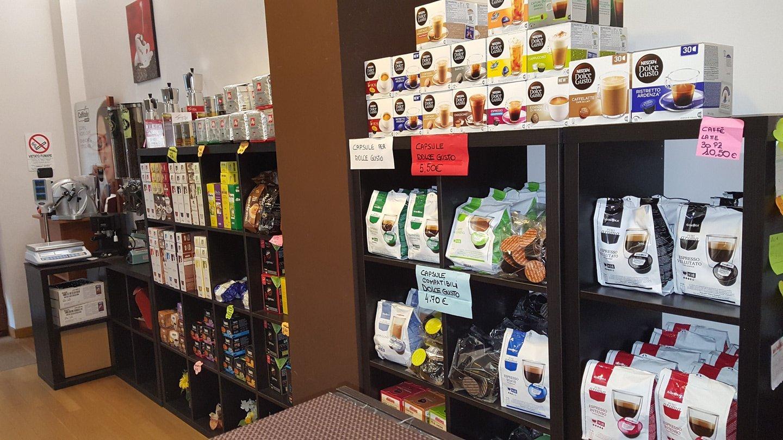 esposizione di caffè in vari formati