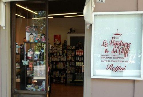 Vetrina e insegna della Boutique del Caffè