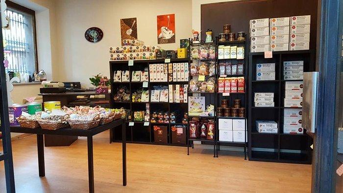 vetrina di prodotti per il caffè