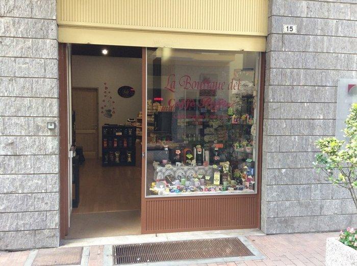 vetrata del negozio con scritta boutique del caffè