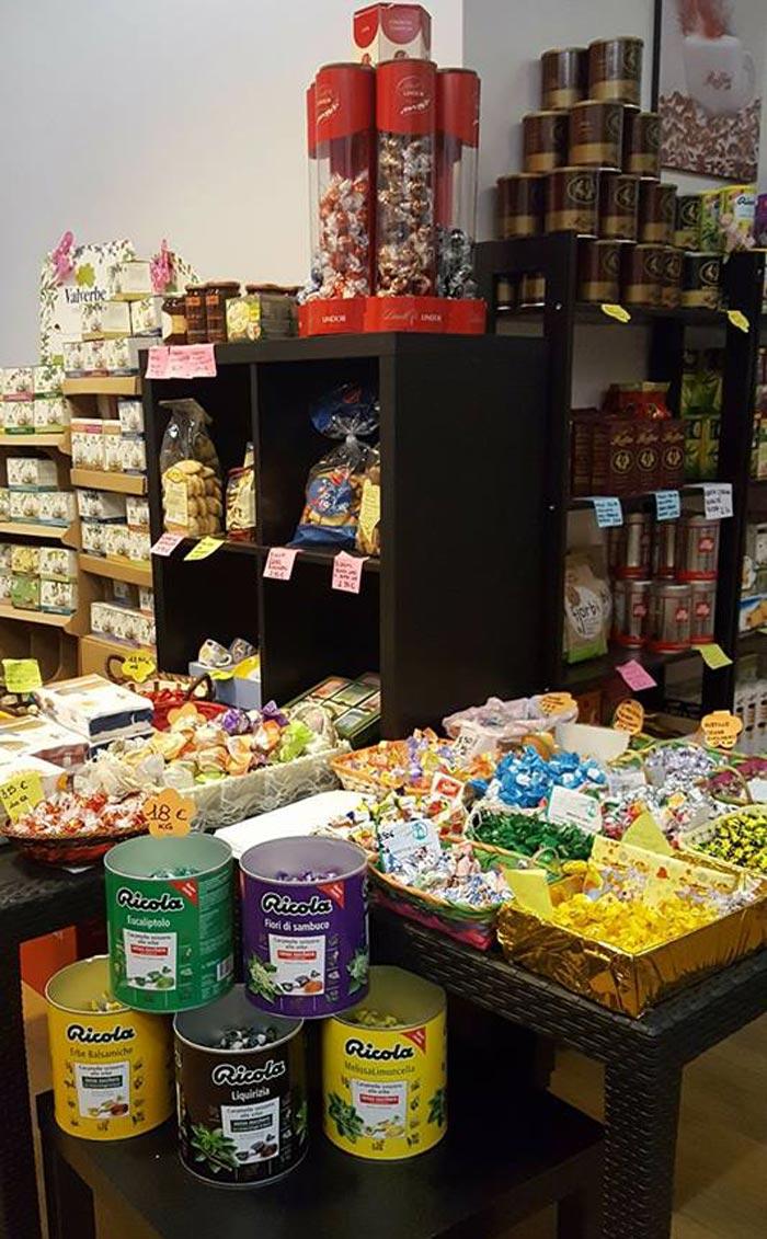banco con dolciumi  e tisane