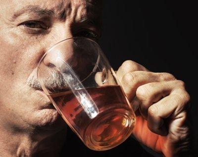 Un'anziano beve il caffè