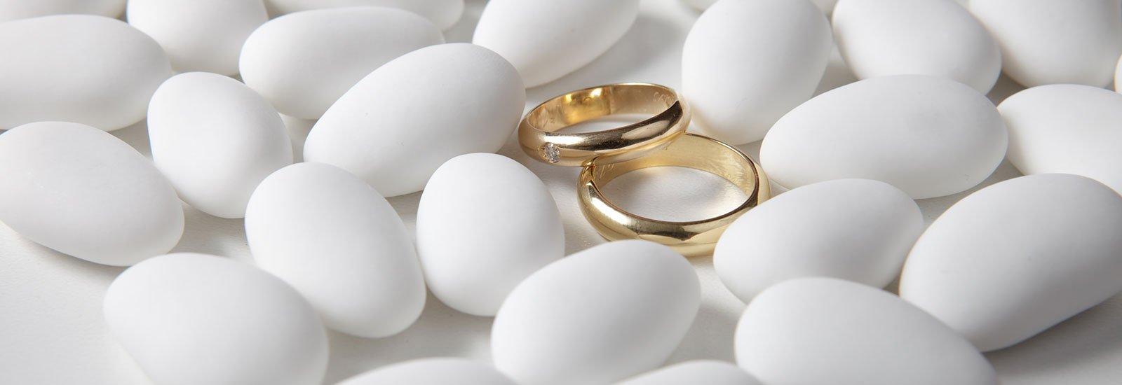 fedi di nozze in mezzo a dei confetti