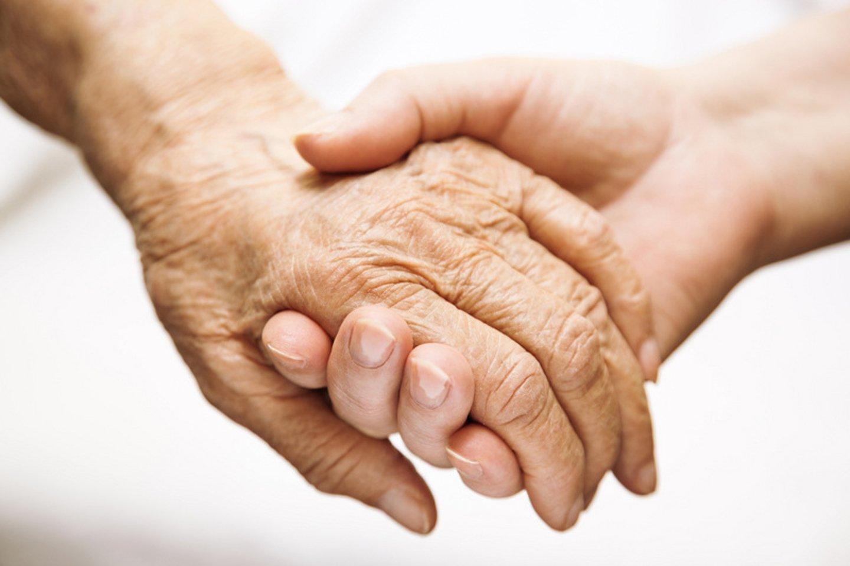 persona sostiene un`anziano