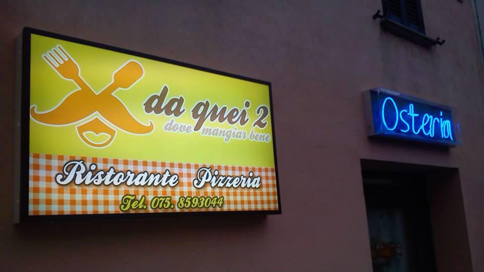 un'insegna con scritto Da quei due dove mangiar bene Ristorante Pizzeria