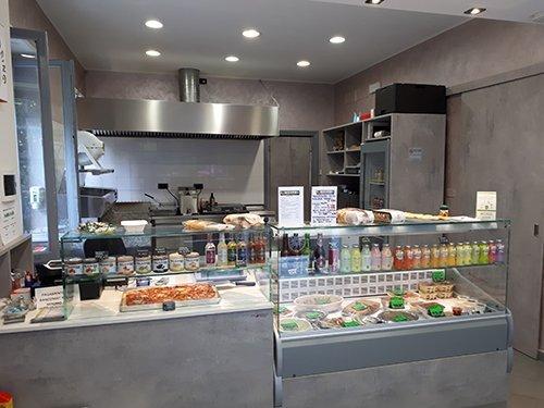 interno del locale con primo piano del banco frigo