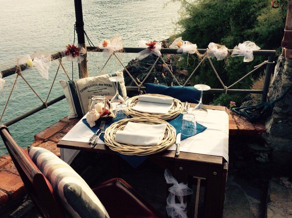 tavolo imbandito su terrazza vista mare