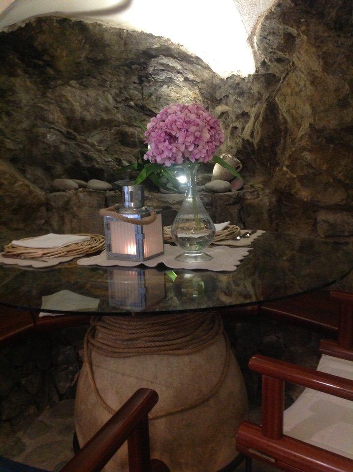 tavolo di ristoranti imbandito con fiori