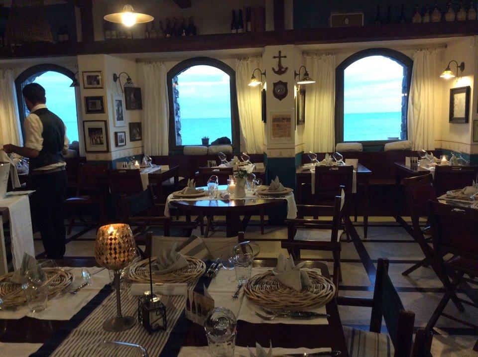 interno di un ristorante con tavoli imbanditi