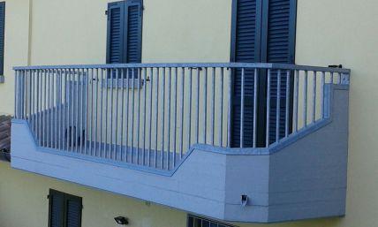 un balcone in ferro e una finestra con una persiana