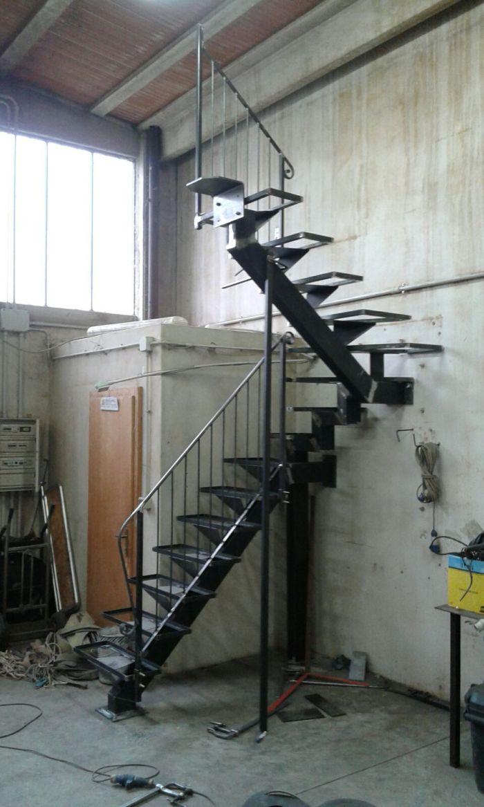 delle scale in ferro finite in una carpenteria