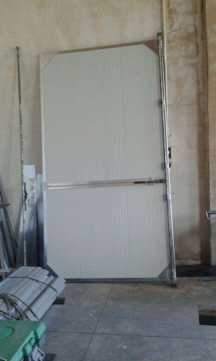 una porta bianca in ferro