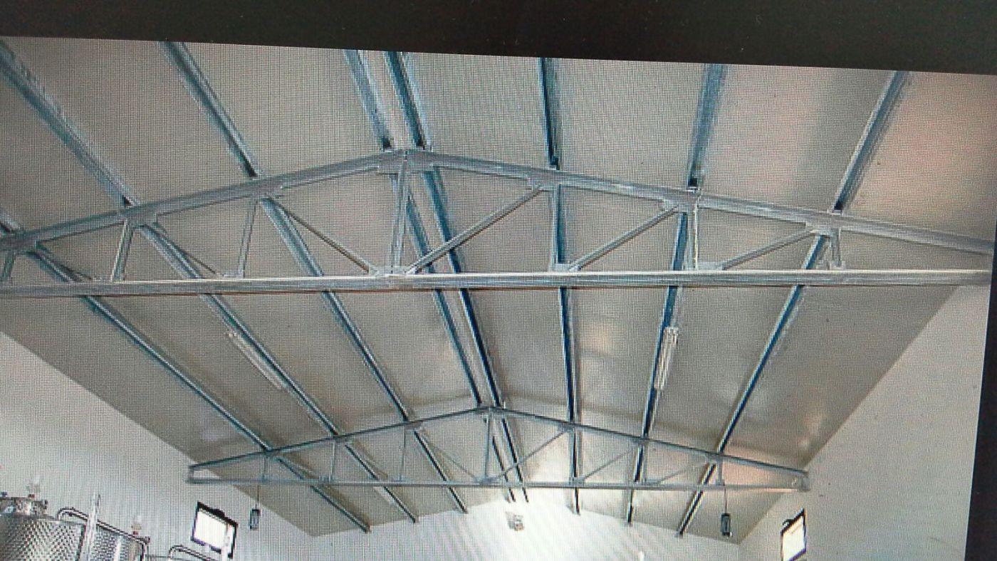 una struttura in ferro che regge il tetto di un capannone