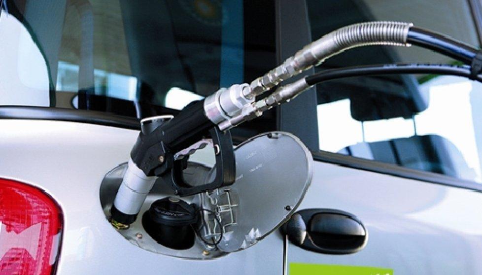 auto durante un rifornimento di carburante