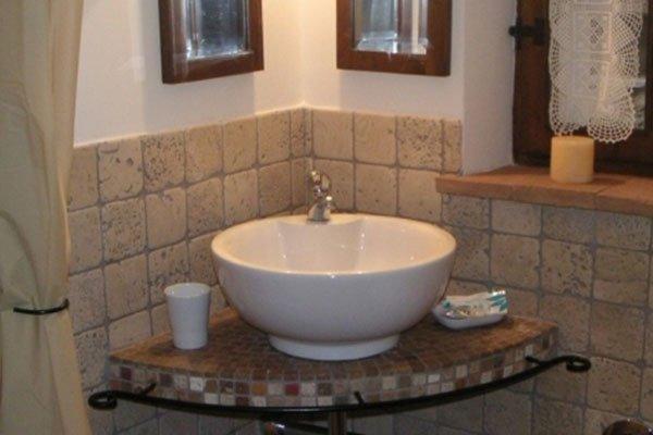 lavabo bagno con piasterlle e top in mosaico di pietre