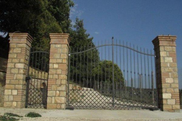 colonne cancello in pietra naturale
