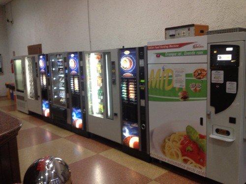 distributori automatici in fila