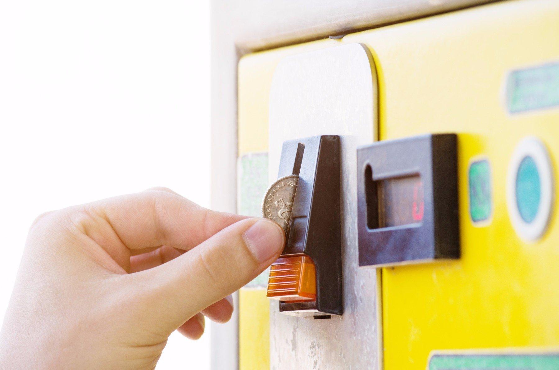 inserimento moneta in distributore automatico