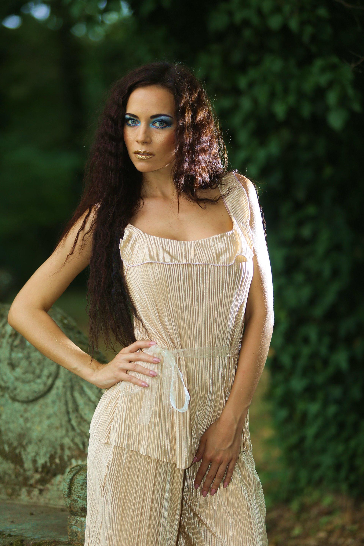 Modella con abito plissé