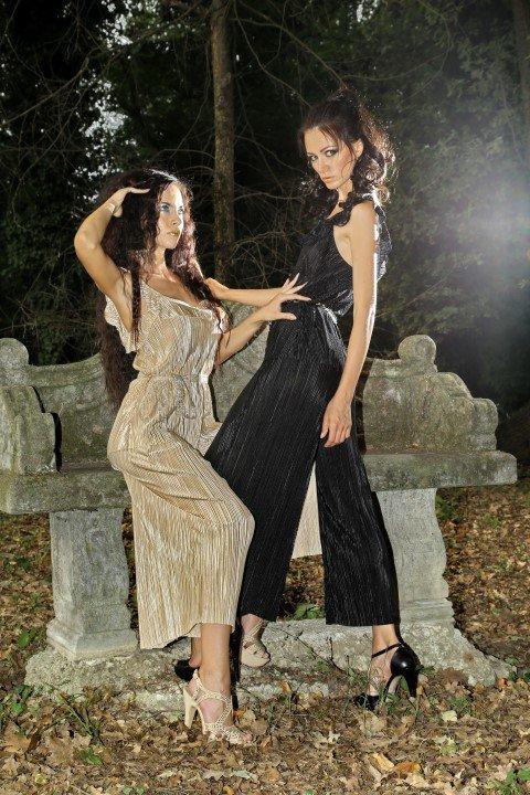 Due modelli con abiti a pantalone in chiffon
