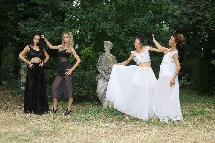 Due modelle con gonne bianche e due con abiti neri