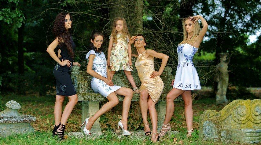 Quattro modelle e una bambina con abiti corti