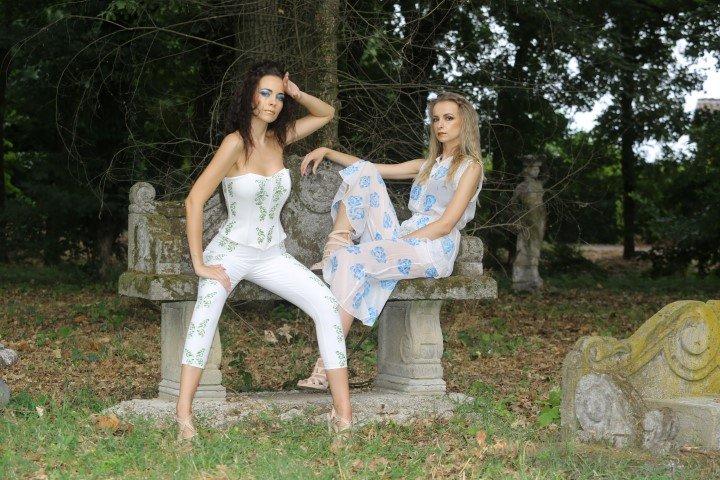 Due modelle con abiti a pantalone