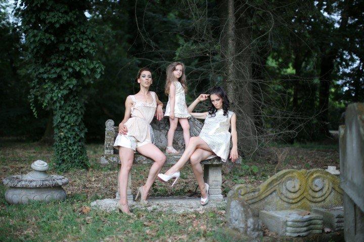 Due modelle e una bambina con abiti bianchi