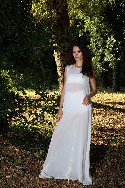 Vista frontale di modella in abito bianco