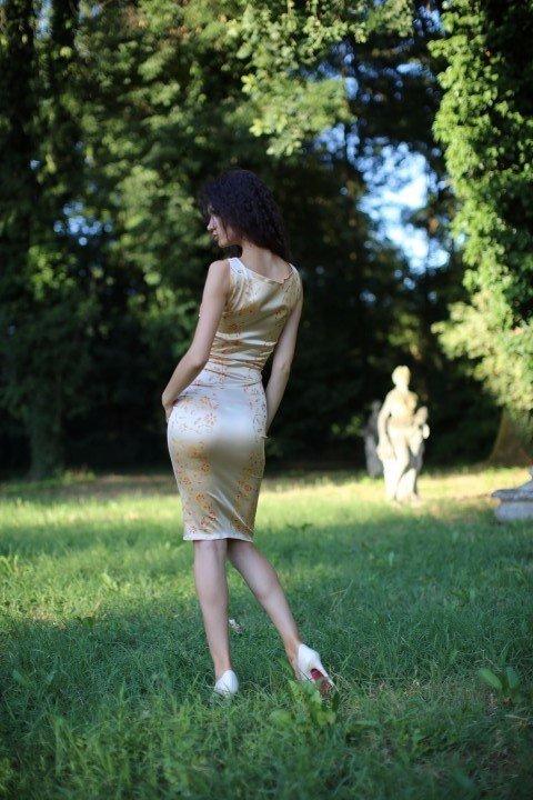 Modella con abito corto in satin