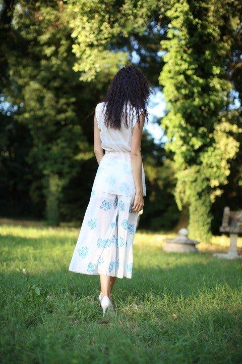 Modella con abito a pantalone di schiena