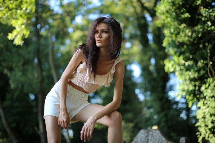 Modella in shorts in posa