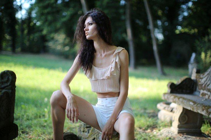 Modella in shorts seduta