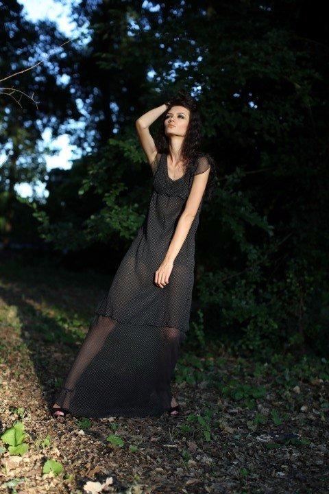 Modella con vestito nero di tulle