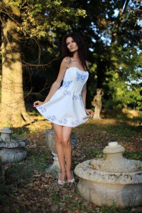 Modella con abito decolleté bianco